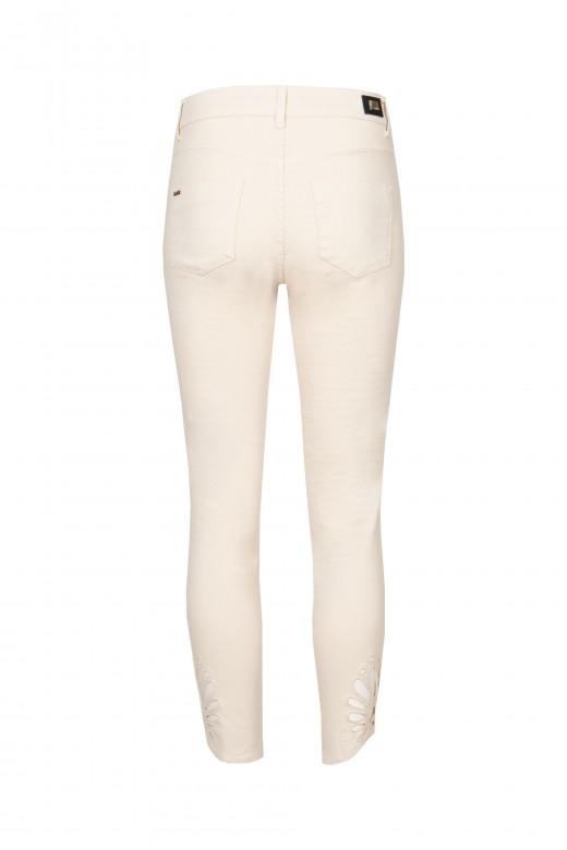 Jeans com pormenor de recorte