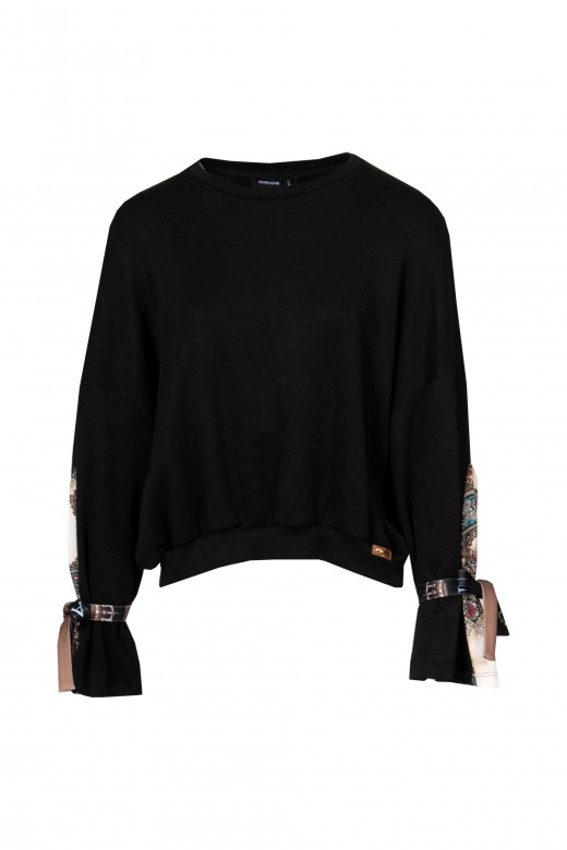 Sweater with sleeve fitting
